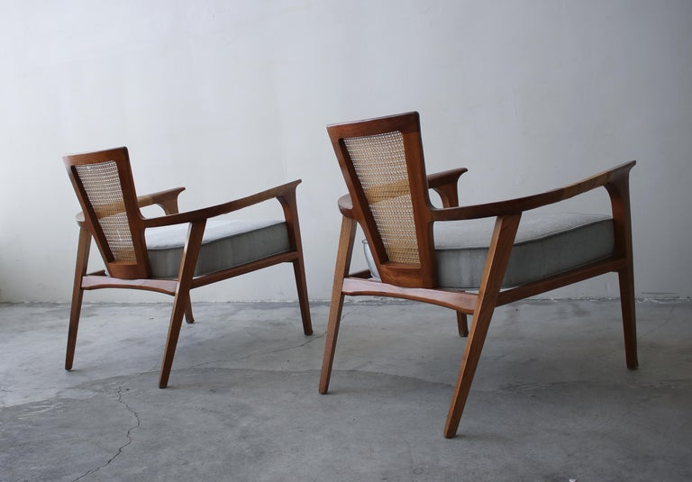 20th Century Pair of Midcentury Walnut and Cane Lounge Chairs by William Hinn For Sale
