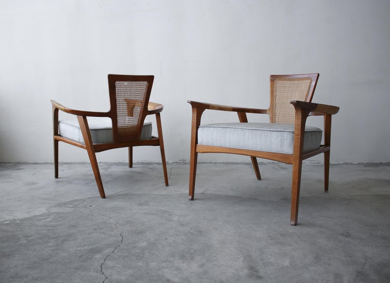Pair of Midcentury Walnut and Cane Lounge Chairs by William Hinn For Sale 2