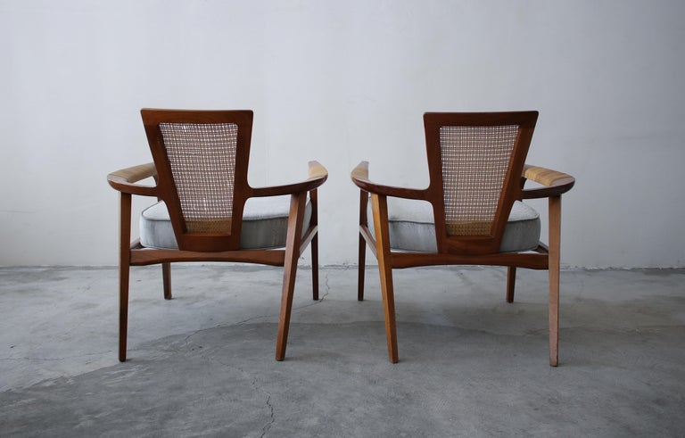 Pair of Midcentury Walnut and Cane Lounge Chairs by William Hinn For Sale 1