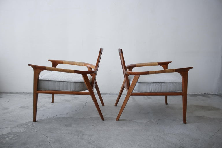 Pair of Midcentury Walnut and Cane Lounge Chairs by William Hinn For Sale 3