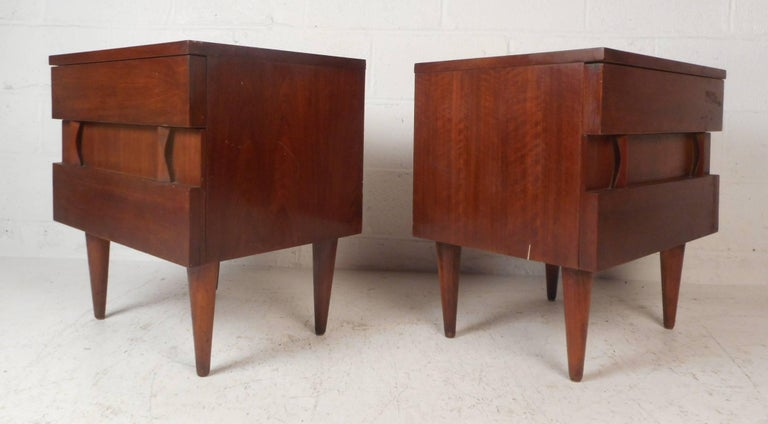 Mid-Century Modern Pair of Midcentury Walnut Nightstands by American of Martinsville For Sale