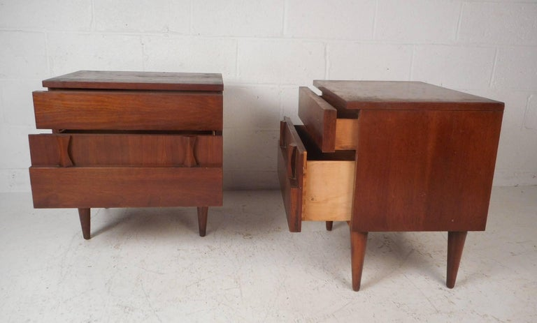 Pair of Midcentury Walnut Nightstands by American of Martinsville In Good Condition For Sale In Brooklyn, NY