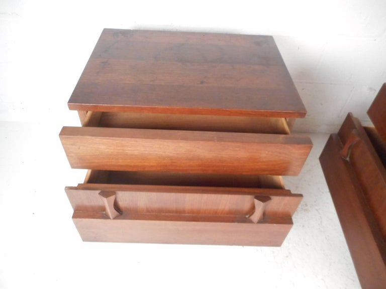 Late 20th Century Pair of Midcentury Walnut Nightstands by American of Martinsville For Sale