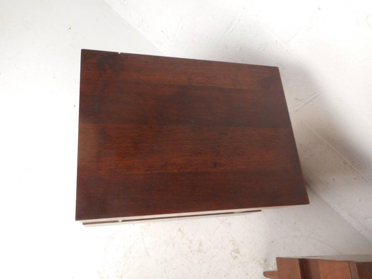 Pair of Midcentury Walnut Nightstands by American of Martinsville For Sale 2