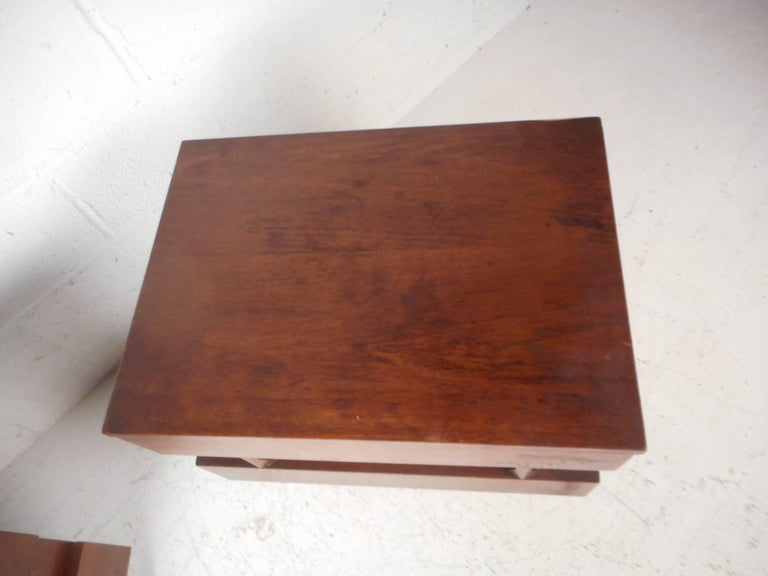 Pair of Midcentury Walnut Nightstands by American of Martinsville For Sale 3