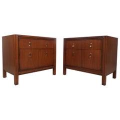 Paar Midcentury Nussbaum Nachtschränkchen von Mount Airy Furniture