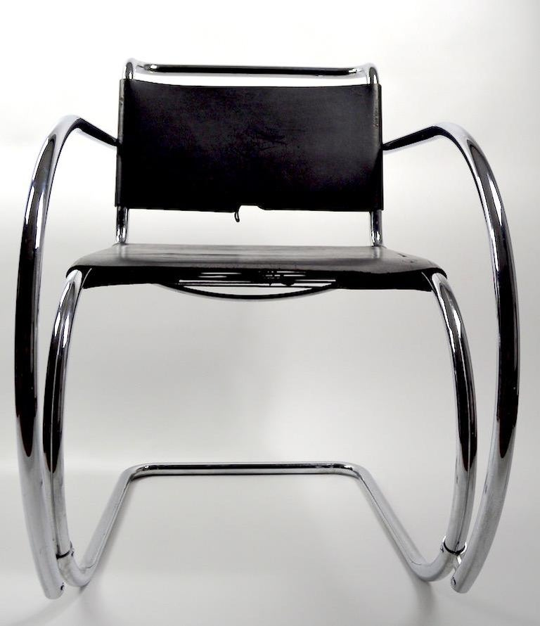 Pair of Mies van der Rohe MR Lounge Chairs Black Leather and Chrome In Good Condition For Sale In New York, NY