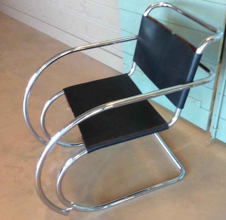 Paar Mies Van Der Rohe MR Loungesessel aus Schwarzem Leder und Chrom 2