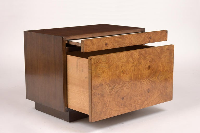 Mid-20th Century Pair of Milo Baughman Style Burled Nightstands For Sale