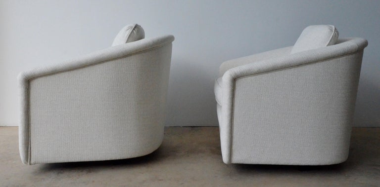 Mid-Century Modern Pair of Milo Baughman Style New White Upholstery Swivel Chairs with Back Cushion For Sale