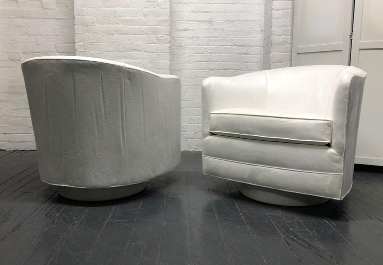 Modern Pair of Milo Baughman Style Swivel Lounge Chairs For Sale