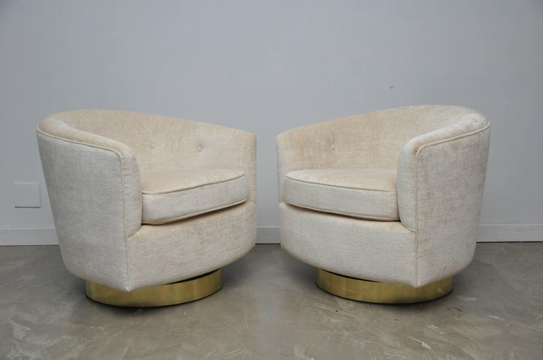 Pair of Milo Baughman Swivel Chairs on Brass Bases In Excellent Condition For Sale In Chicago, IL