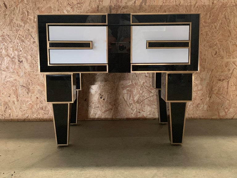 Modern Pair of Mirrored and Brass Nightstands with One-Drawer in Black and White For Sale