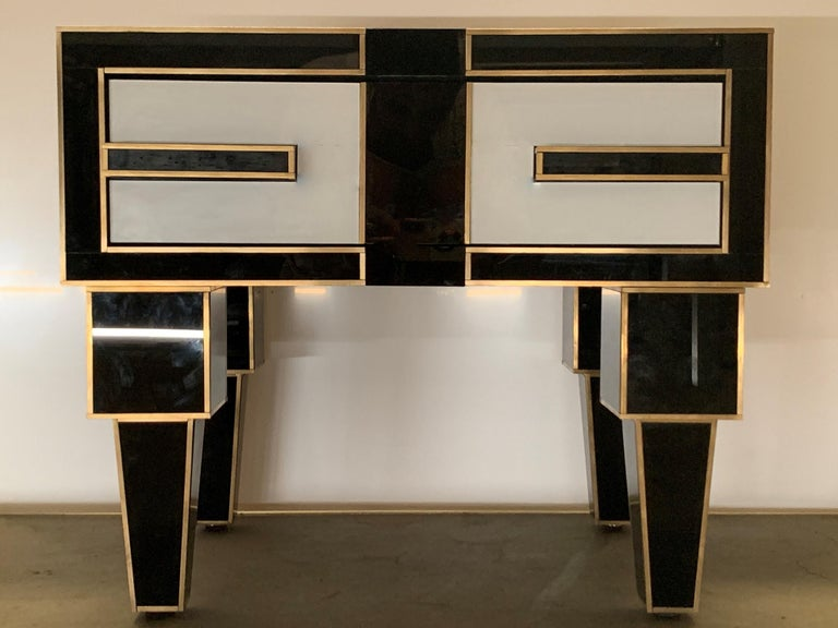 Contemporary Pair of Mirrored and Brass Nightstands with One-Drawer in Black and White For Sale