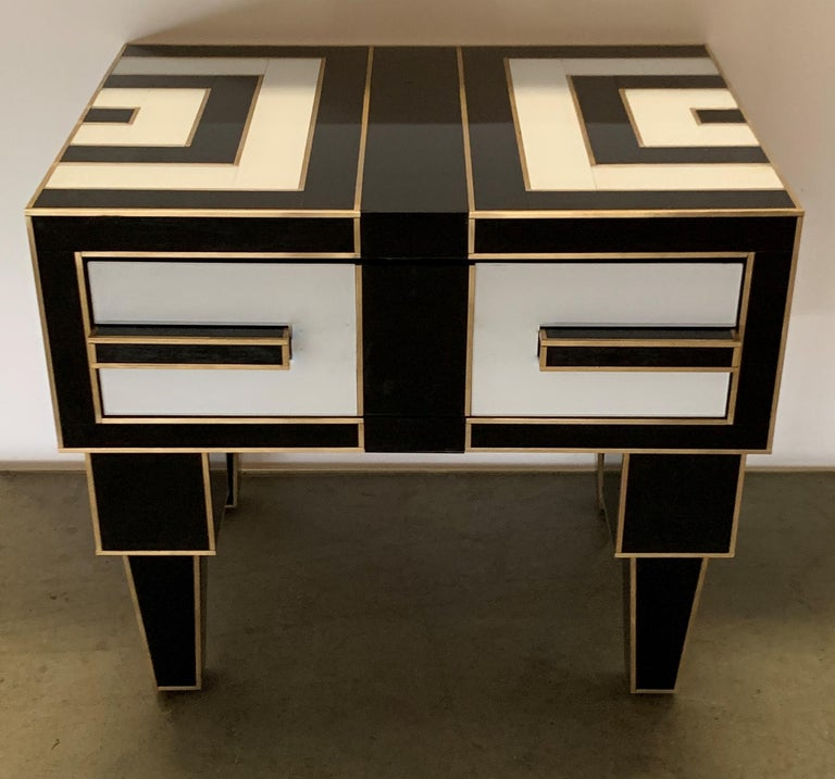 Cut Glass Pair of Mirrored and Brass Nightstands with One-Drawer in Black and White For Sale
