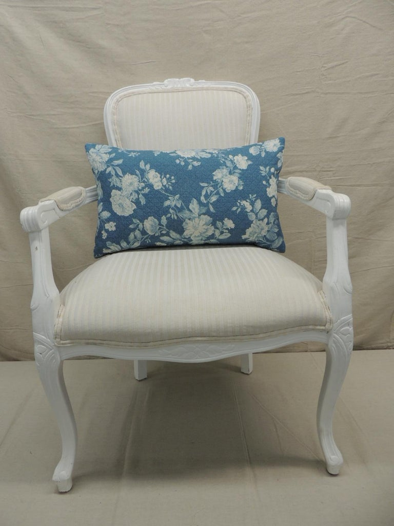 Contemporary Pair of Modern Blue and White Quilted Cotton Floral Decorative Lumbar Pillows For Sale