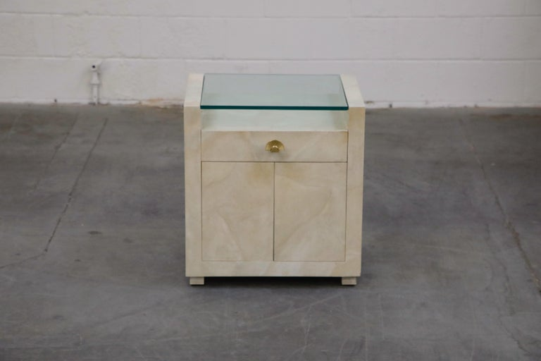 Pair of Modern Nightstands or End Tables with Brass Fan Handles, 1980s In Good Condition For Sale In Los Angeles, CA