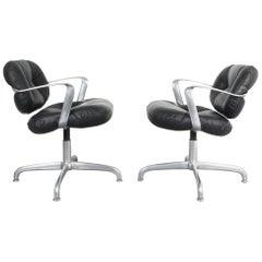Ein Paar MOrrison und Hannah Knoll Bürostuhl aus Aluminium und Schwarzem Leder
