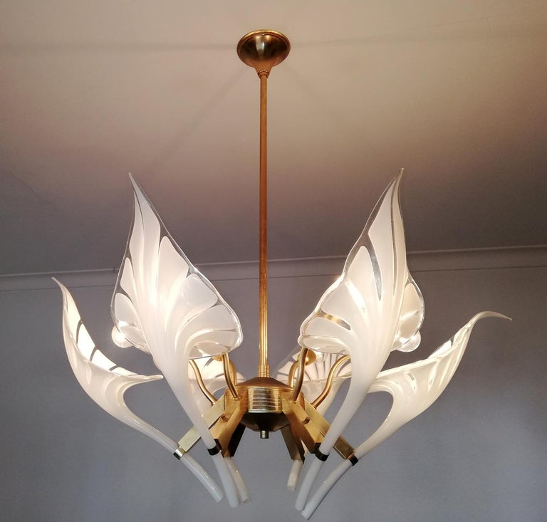 Awesome pair of 1970s vintage Italian Murano Lily Calla art glass shades gilt chandelier. Franco Luce Seguso chandelier with six handblown Murano glass leaves, white and clear glass and gold-plated brass. Measures: Diameter 30 in/ 76 cm Height