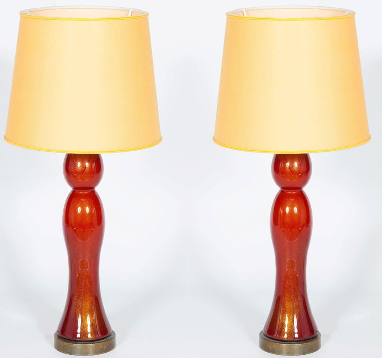 Pair of gorgeous Venetian table lamps in blown Murano glass, coral color with 24-karat sunken gold. These lamps have been entirely handcrafted in Murano, the Venetian island, in the 1980s. They curvy and delicate shapes give a fine touch of