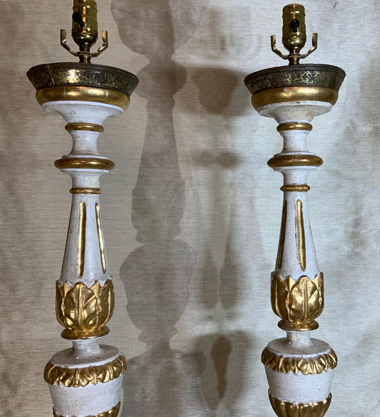Pair of Neoclassical Italian Carved Gold Giltwood Candlestick Table Lamps For Sale 8