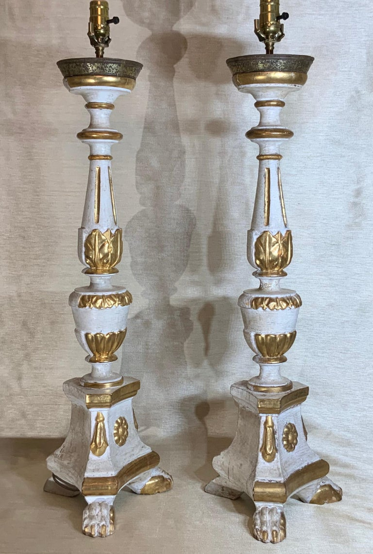 Pair of Neoclassical Italian Carved Gold Giltwood Candlestick Table Lamps For Sale 10