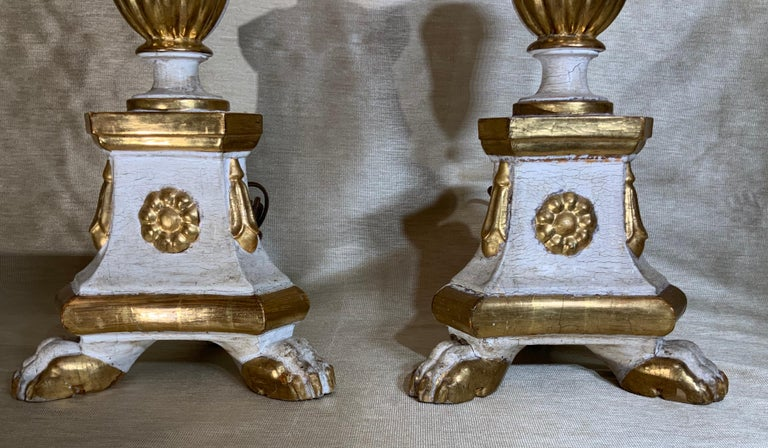 Early 20th Century Pair of Neoclassical Italian Carved Gold Giltwood Candlestick Table Lamps For Sale