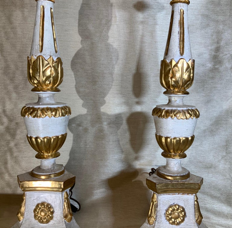 Pair of Neoclassical Italian Carved Gold Giltwood Candlestick Table Lamps For Sale 1