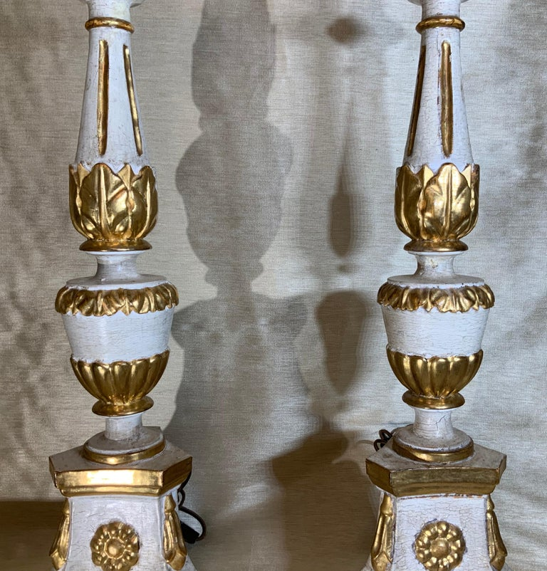 Pair of Neoclassical Italian Carved Gold Giltwood Candlestick Table Lamps For Sale 2