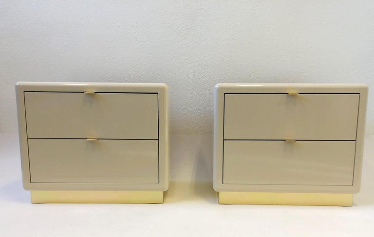 Pair of off White Lacquered and Brass Nightstands by Steve Chase In Excellent Condition For Sale In Palm Springs, CA