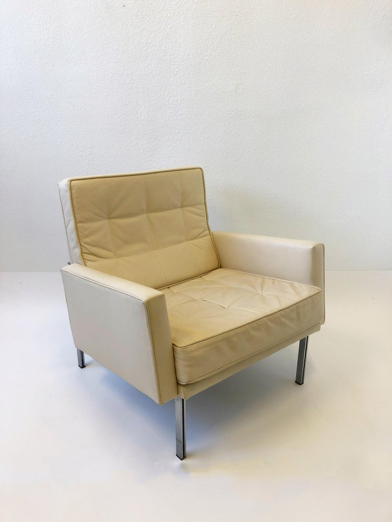 Mid-Century Modern Pair of off White Leather and Stainless Steel Lounge Chairs by Florence Knoll For Sale