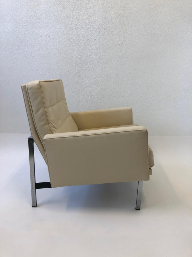 American Pair of off White Leather and Stainless Steel Lounge Chairs by Florence Knoll For Sale