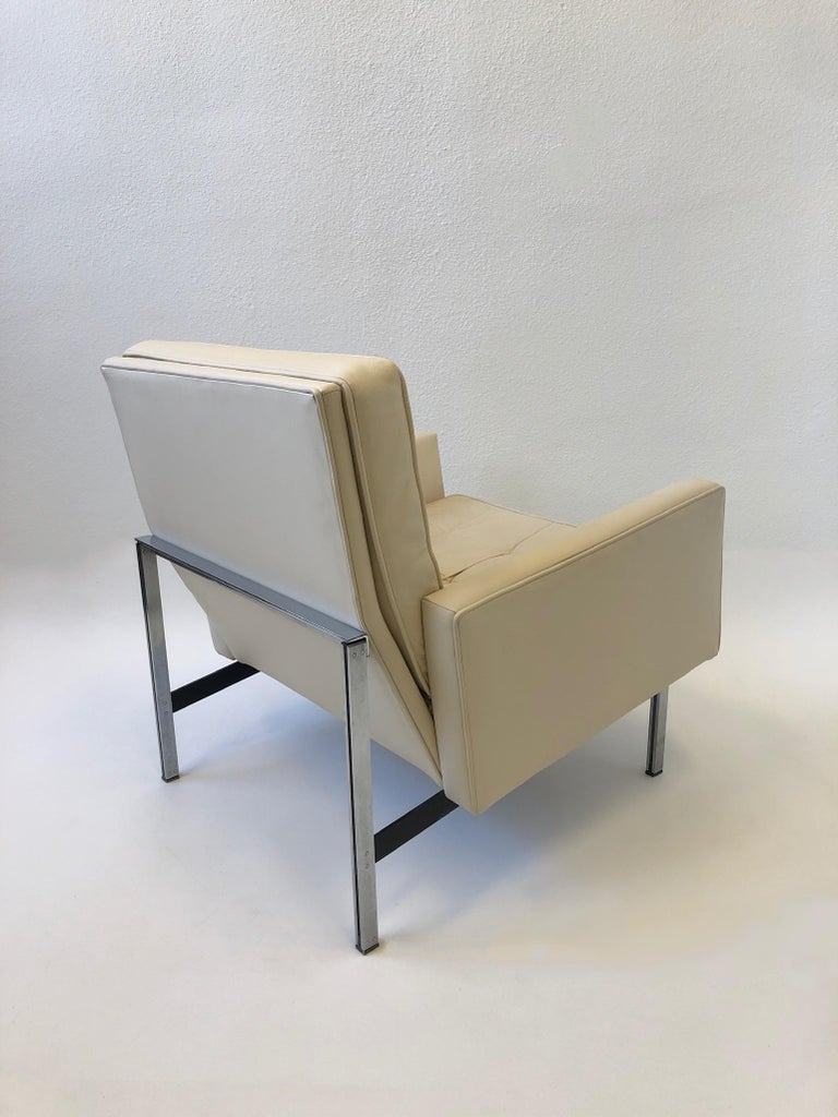 Pair of off White Leather and Stainless Steel Lounge Chairs by Florence Knoll In Good Condition For Sale In Palm Springs, CA