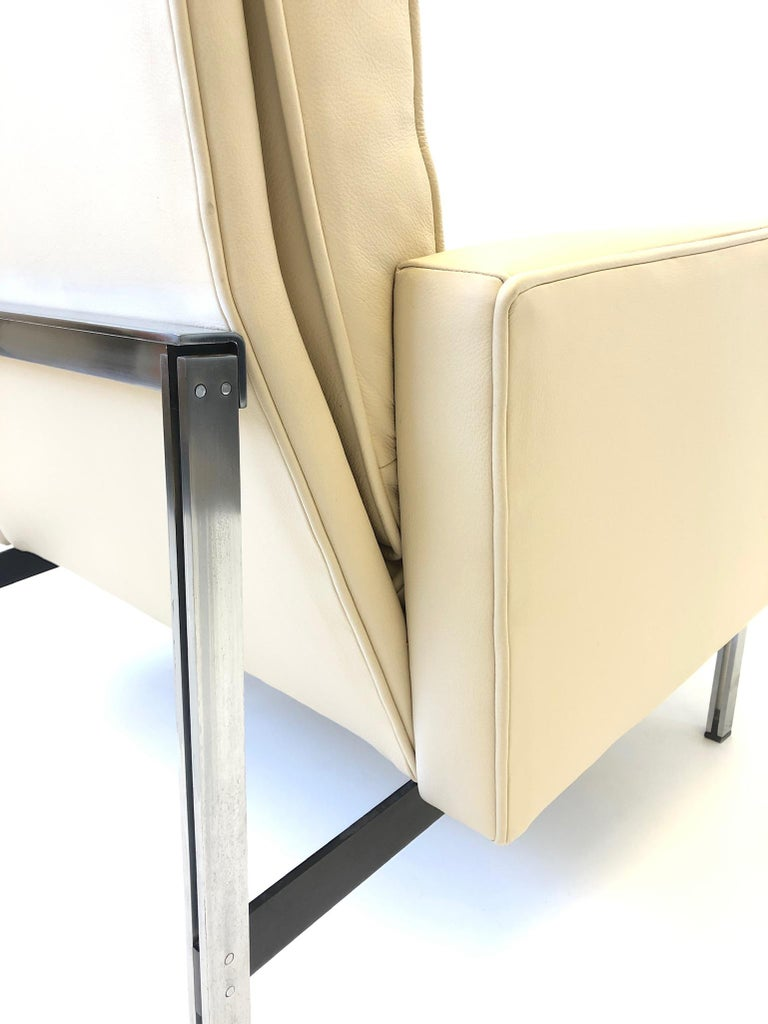 Mid-20th Century Pair of off White Leather and Stainless Steel Lounge Chairs by Florence Knoll For Sale