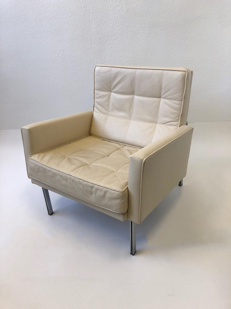 Pair of off White Leather and Stainless Steel Lounge Chairs by Florence Knoll For Sale 2