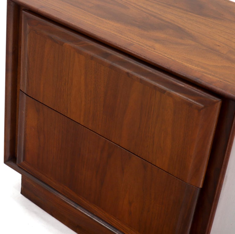 Pair of Oiled Walnut Two Drawers Cube Shape Nightstands End Side Tables For Sale 6