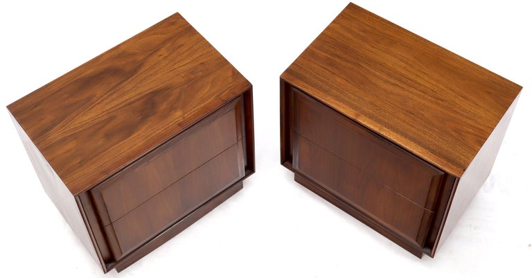 Mid-Century Modern Pair of Oiled Walnut Two Drawers Cube Shape Nightstands End Side Tables For Sale