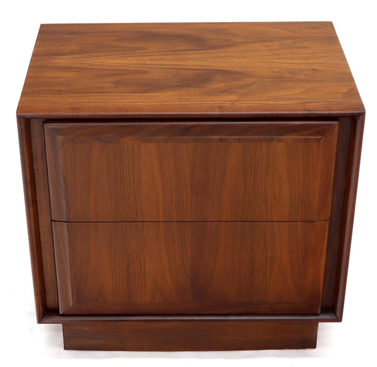 20th Century Pair of Oiled Walnut Two Drawers Cube Shape Nightstands End Side Tables For Sale