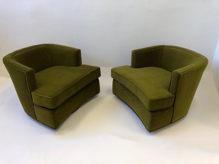 Mid-Century Modern Pair of Olive Green Mohair Swivel Lounge Chairs by Harvey Probber For Sale