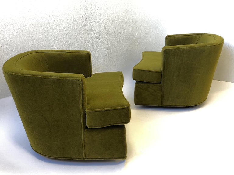 Pair of Olive Green Mohair Swivel Lounge Chairs by Harvey Probber In Excellent Condition For Sale In Palm Springs, CA