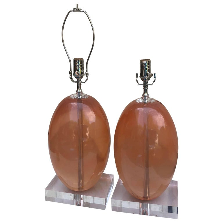 Mid-Century Modern Pair Of Orange Ellipse-Shaped Resin Table Lamps On Thick Lucite Base For Sale