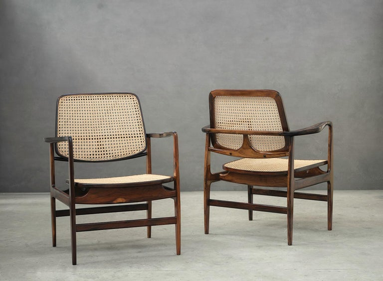 Designed in 1956 by Sergio Rodrigues, this modern pair of armchairs are made of solid rosewood and straw.