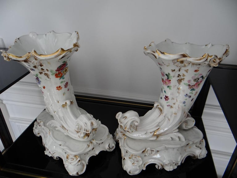 Pair of Paris Porcelain Flowerbuds Horns of Plenty 1840s In Good Condition For Sale In Tours, FR