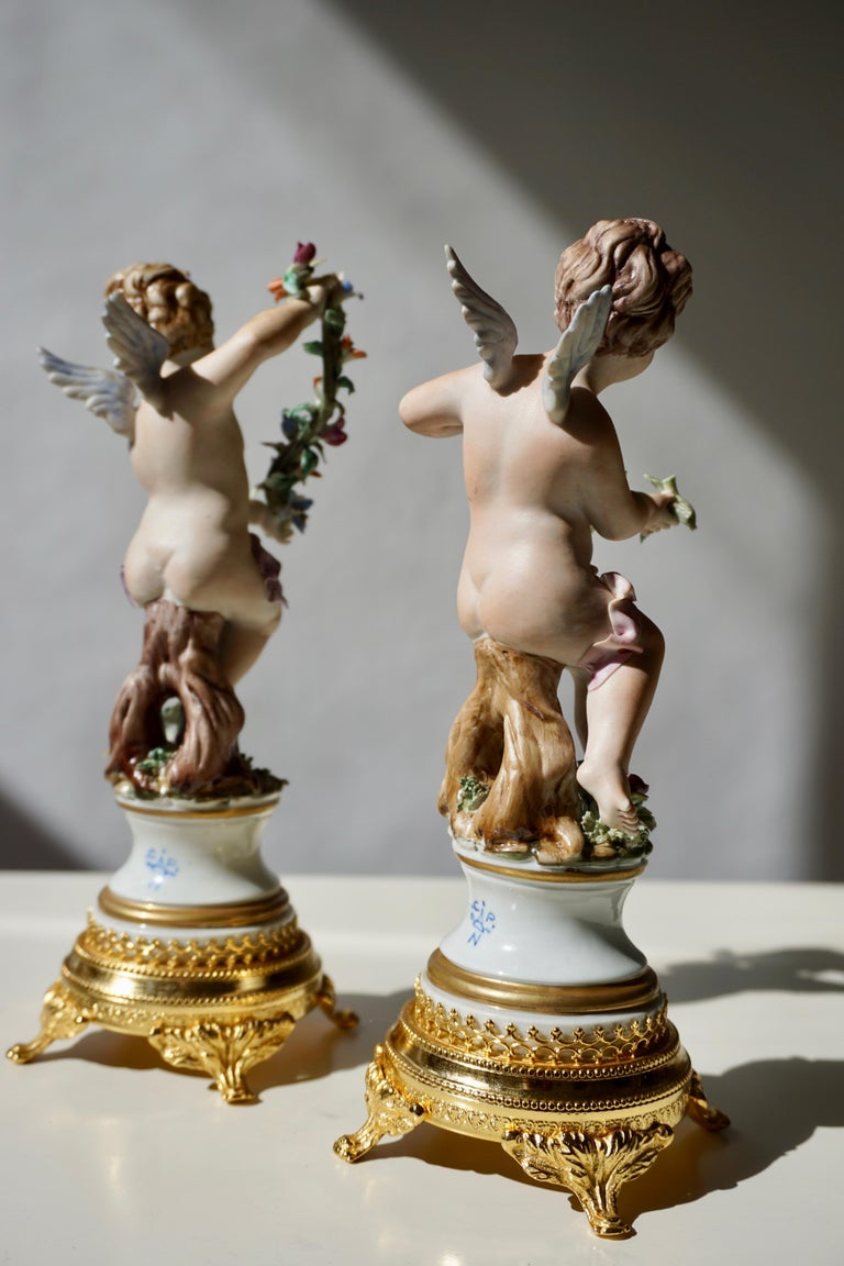 Pair of Porcelain Capodimonte Cherubs 20th Century Polychrome Putti Figures In Good Condition For Sale In Antwerp, BE
