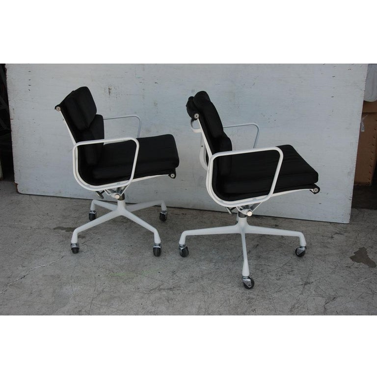 Mid-Century Modern Pair of Restored Herman Miller Eames Aluminum Group Management Chairs For Sale
