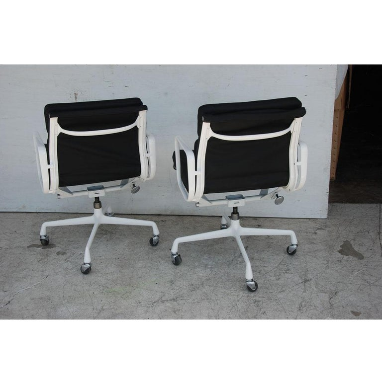 Pair of Restored Herman Miller Eames Aluminum Group Management Chairs In Good Condition For Sale In Pasadena, TX