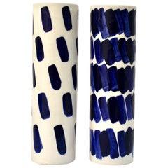 Paar Rhythmusvasen von Isabel Halley aus weißem Porzellan mit Kobalt-Glasur