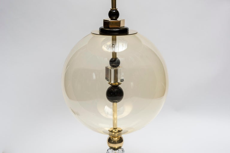Pair of Round Brass and Murano Glass Table Lamps In Good Condition For Sale In Saint-Ouen, IDF