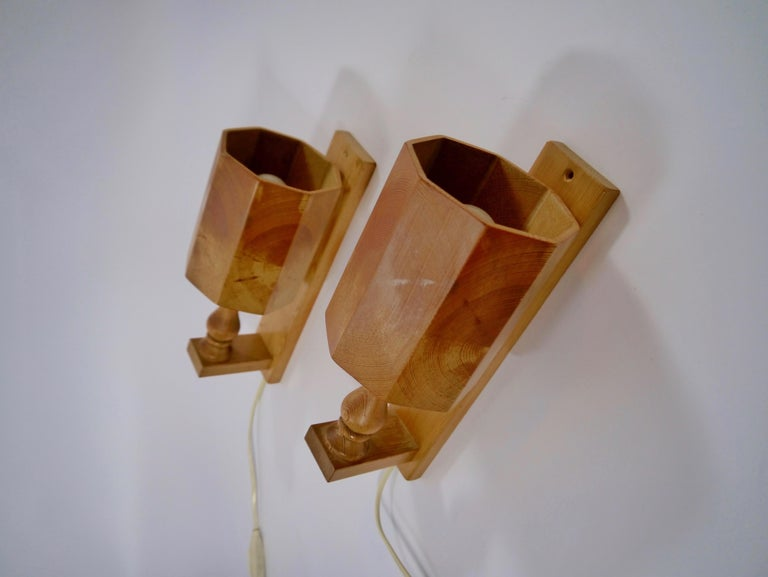 Pair of Scandiavian Modern Pinewood Wall Lights, Sweden, 1970s In Good Condition For Sale In Barcelona, ES