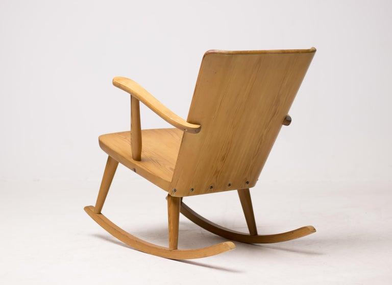 Scandinavian Modern Pair of Scandinavian Pine Rocking Chairs For Sale